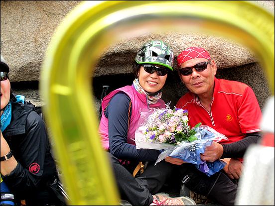 이날 회갑 등반을 하신 착순언니(신금균 여사와 남편이며 대장이신 선착순) 아우르 카라비너(Karabiner)에 담아 사진을 찍어 보았어요