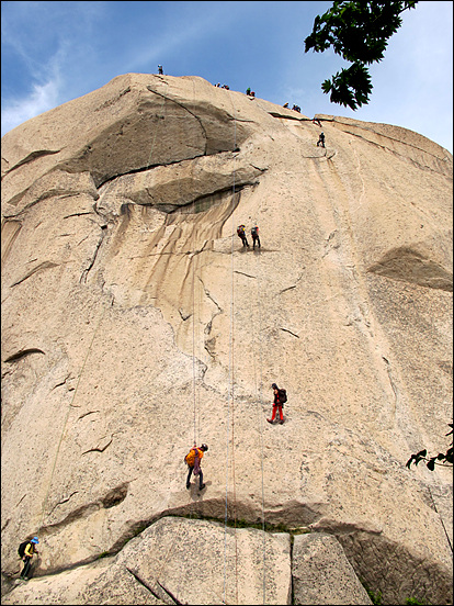 인수봉 정상에 올랐던 산악인들이 하강을 하고 있는 모습입니다.
