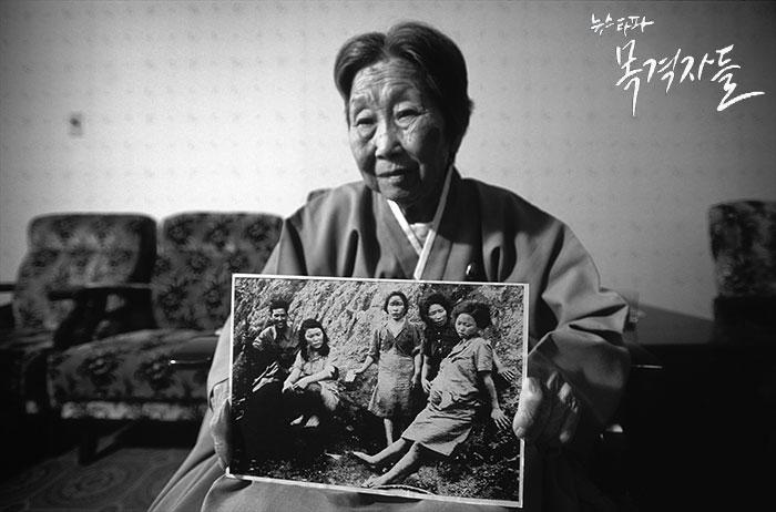 고 박영심 할머니가 자신의 '위안부' 시절 사진을 들어보이고 있는 일본의 사진작가 이토 다카시의 사진.