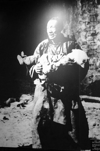 죽은 아이를 안고 있는 아버지. 일본군의 학살은 아이, 어른을 가리지 않았다.