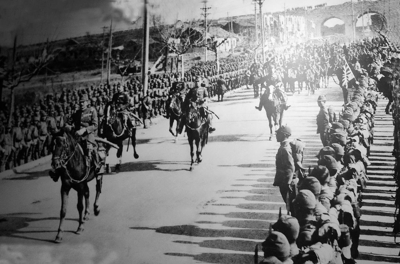일본군의 난징 입성. 난징은 1937년 12월 13일 함락되었다. 그리고 6주간에 걸친 대살육의 비극이 시작되었다.