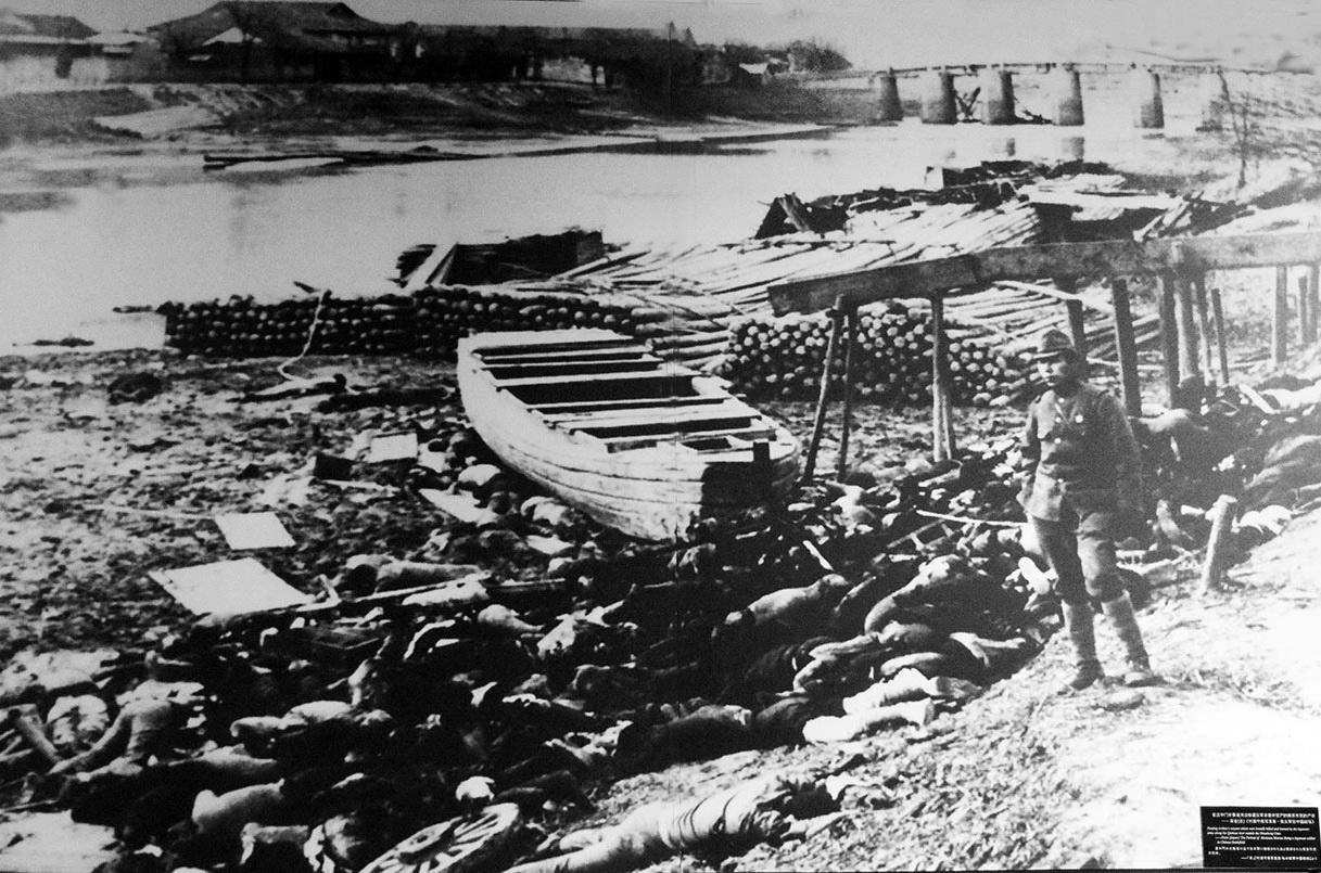 난징 외곽 양쯔강에서도 일본군의 대규모 학살이 자행되었다. 항복한 중국군은 물론'모자를 오래 쓴 흔적이 있거나 손에 굳은살이 박힌 젊은 남자' 모두를 닥치는대로 끌어모아 기관총으로 양쯔강에 쓸어넣었다.
