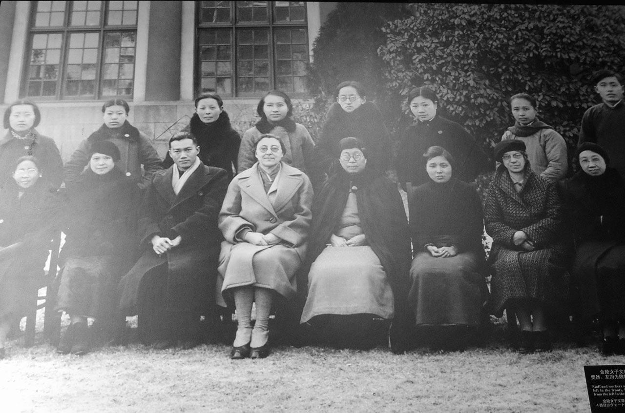 '난징의 살아 있는 여신'으로 불린진링여자대학의 학장 미니 보트린은 대학교 안에 대피소를 제공하면서, 약 만 명의 여자와 어린이의 생명을 구해냈다. 왼쪽에서 네 번째가 보트린.