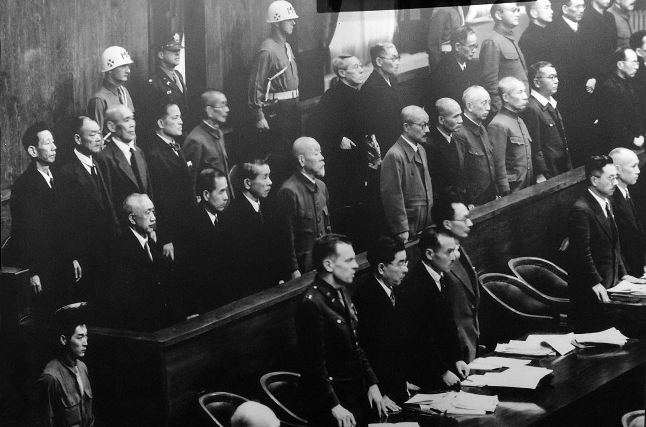 전범재판의 피고석에 서 있는 1급 전범들. 난징대학살의 주요 책임자들은 사형을 선고받고 각각 처형되었다.