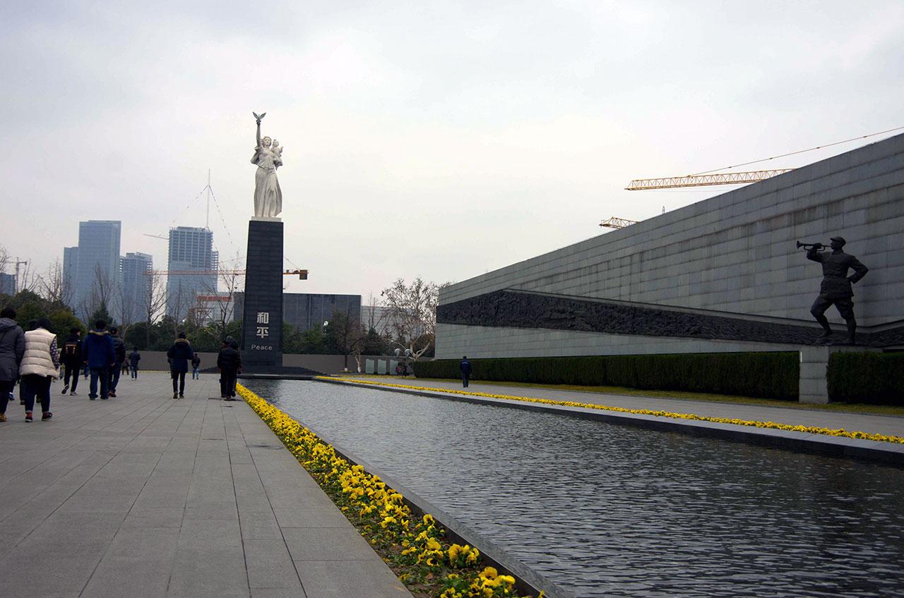 비둘기를 받쳐 든 어머니가 아이를 안고 있는 거대한 조각 입상 '화평'은 평화와 인류의 미래를 갈망하는 중국인민의 염원을 표현하고 있다.