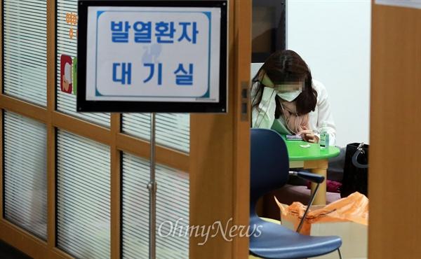 메르스 의심증상으로 보건소 찾은 시민 5일 오후 서울 강남구 메르스(중동호흡기증후군) 진료상담실을 운영하고 있는 강남구보건소에 메르스 의심증상으로 보건소를 찾은 한 시민이 진료상담을 하기 위해 대기하고 있다.