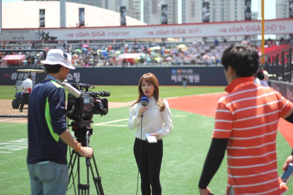 지난 5월 24일 수원 kt 위즈파크에서 방송 촬영을 하고 있는 윤재인 아나운서. 생생한 화면을 전달하기 위해 수많은 노력을 기울이고 있다. 사진 = 강윤기의 야구터치