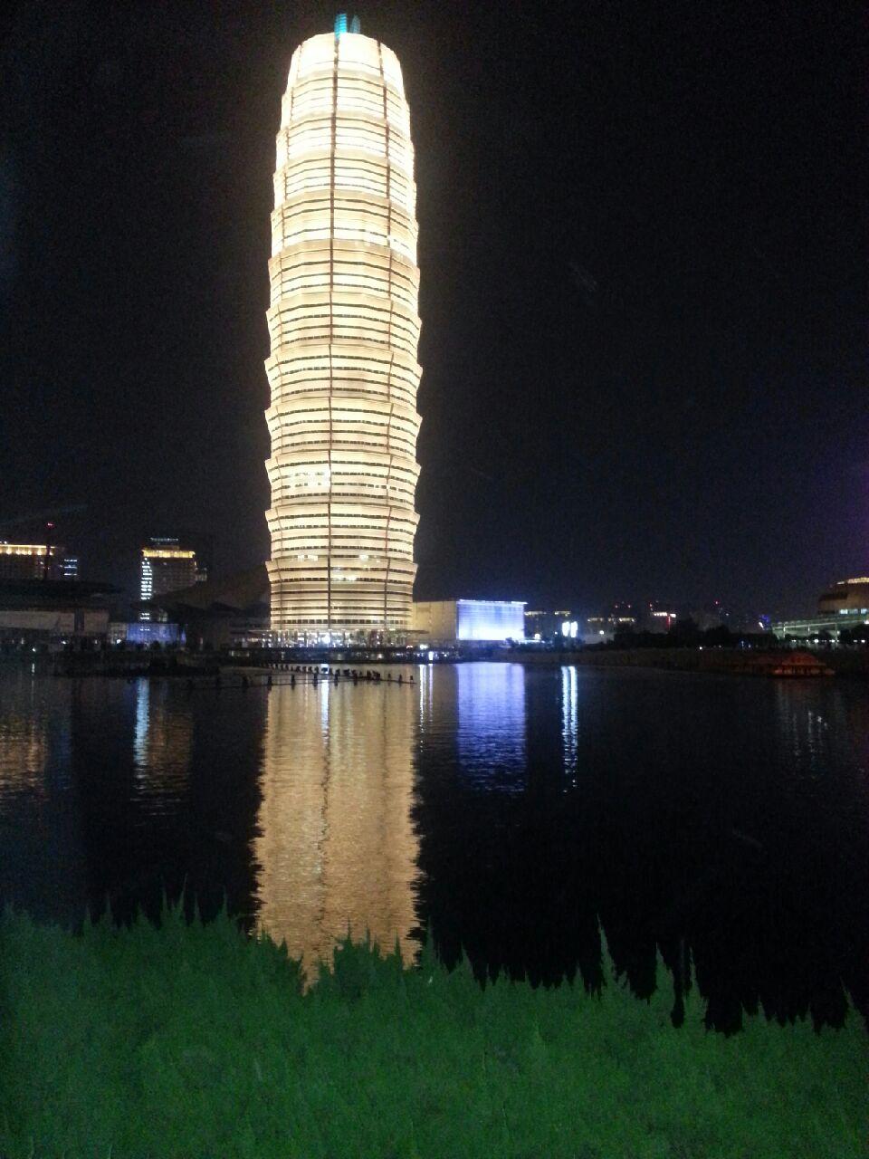 CBD인공호수 야경을 더욱 돋보이게 하는 타워식 건물