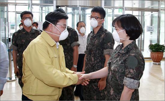 권선택 대전시장이 12일 전국 최초로 군의료진이 투입된 대전 서구 대청병원에서 의료진을 격려하고 있다.