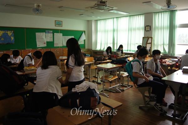 메르스 환자가 발생한 포항의 한 고등학교 교실에서 마스크를 쓴 학생들이 불안한 표정으로 대화를 나누고 있다.