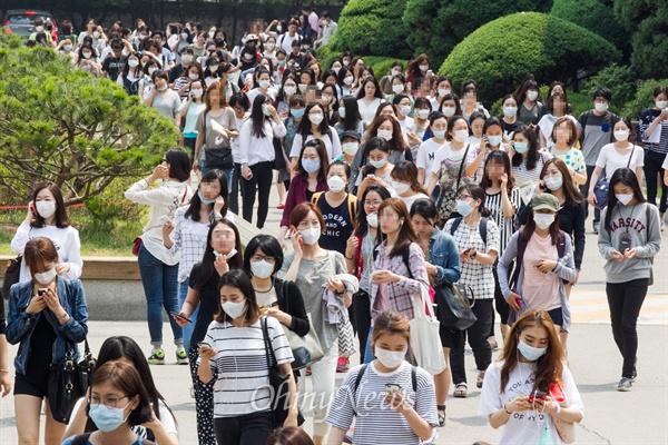 시험 끝나자 몰려 나오는 '마스크 부대' 메르스 여파로 '시험연기논란'이 일었던 서울시 지방공무원 임용 필기시험이 치러지는 13일 오전 서울 강남구에 위치한 한 고사장 입구에서 시험을 마친 대부분의 응시생들이 마스크를 쓰고 몰려 나오고 있다.