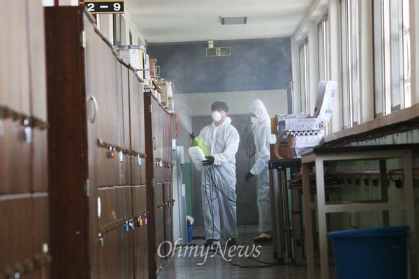 메르스(중동호흡기증후군) 사태가 진정되지 않고 있는 가운데 13만명이 응시한 서울시공무원 임용시험이 13일 오전 서울시내 155개 학교에서 치뤄졌다. 서울 강서구 한 학교에서는 보건소 직원들이 정문에서 비접촉제온측정기로 수험생들의 체온을 측정하고 손소독제와 마스크를 나눠줬다. 시험이 끝난 뒤에는 교실과 학교 건물 곳곳에서 소독작업이 이뤄졌다.