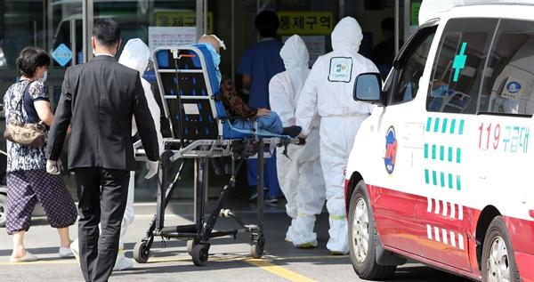 지난 10일 오후 중동호흡기증후군(메르스) 치료병원으로 지정된 서울 동작구 신대방동 보라매병원에 의심환자가 도착해 환자 대기실에서 상태를 확인한 뒤 병원 내로 옮겨지고 있는 모습.