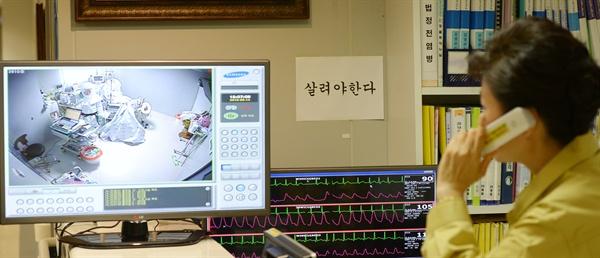 격리병실 의료진과 통화하는 박 대통령 박근혜 대통령이 14일 서울대병원 메르스 치료 격리병동을 방문, 의료진과 통화하고 있다
