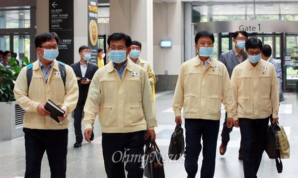 정부가 중동호흡기증후군(메르스) 확산의 2차 진원지로 지목을 받고 있는 삼성서울병원을 관리·감독하기 위해 급파한 '방역관리 점검·조사단'이 15일 오후 삼성서울병원으로 들어서고 있다.