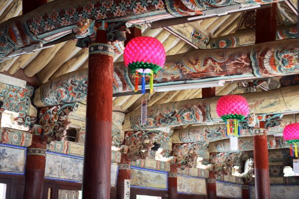자방루 옥천사 자방루 천장에는 용과 천사 그림 등 40여 점의 그림이 그려져 있다.