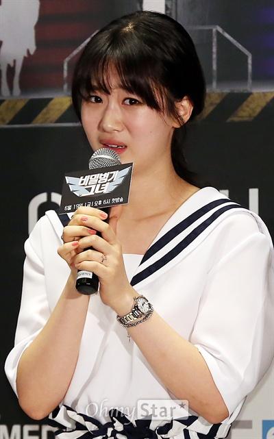 '비밀병기 그녀' 다예, 재주꾼 막내  베리굿 다예가 19일 오후 서울 여의도CGV에서 열린 MBC에브리원 <비밀병기 그녀> 제작발표회에서 자신의 특기인 흉내내기 시범을 보이고 있다. <비밀병기 그녀>는 덕후들의 사랑을 차지하기 위한 걸그룹 멤버 10인의 덕후몰이 버라이어티 프로그램이다. 19일부터 매주 금요일 오후 6시 방송.