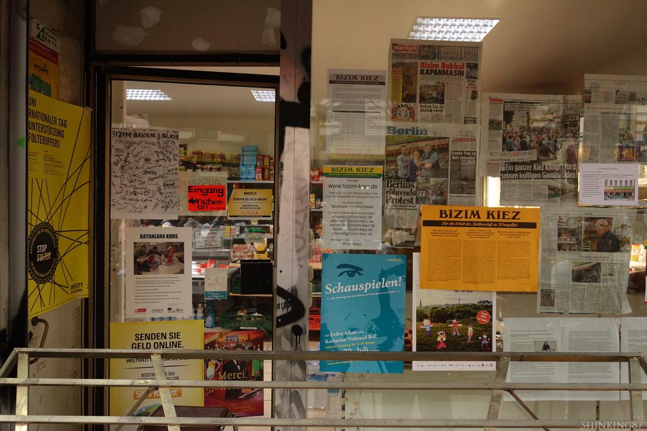 채소 가게 창문에 붙어 있는 언론 기사와 홍보물.