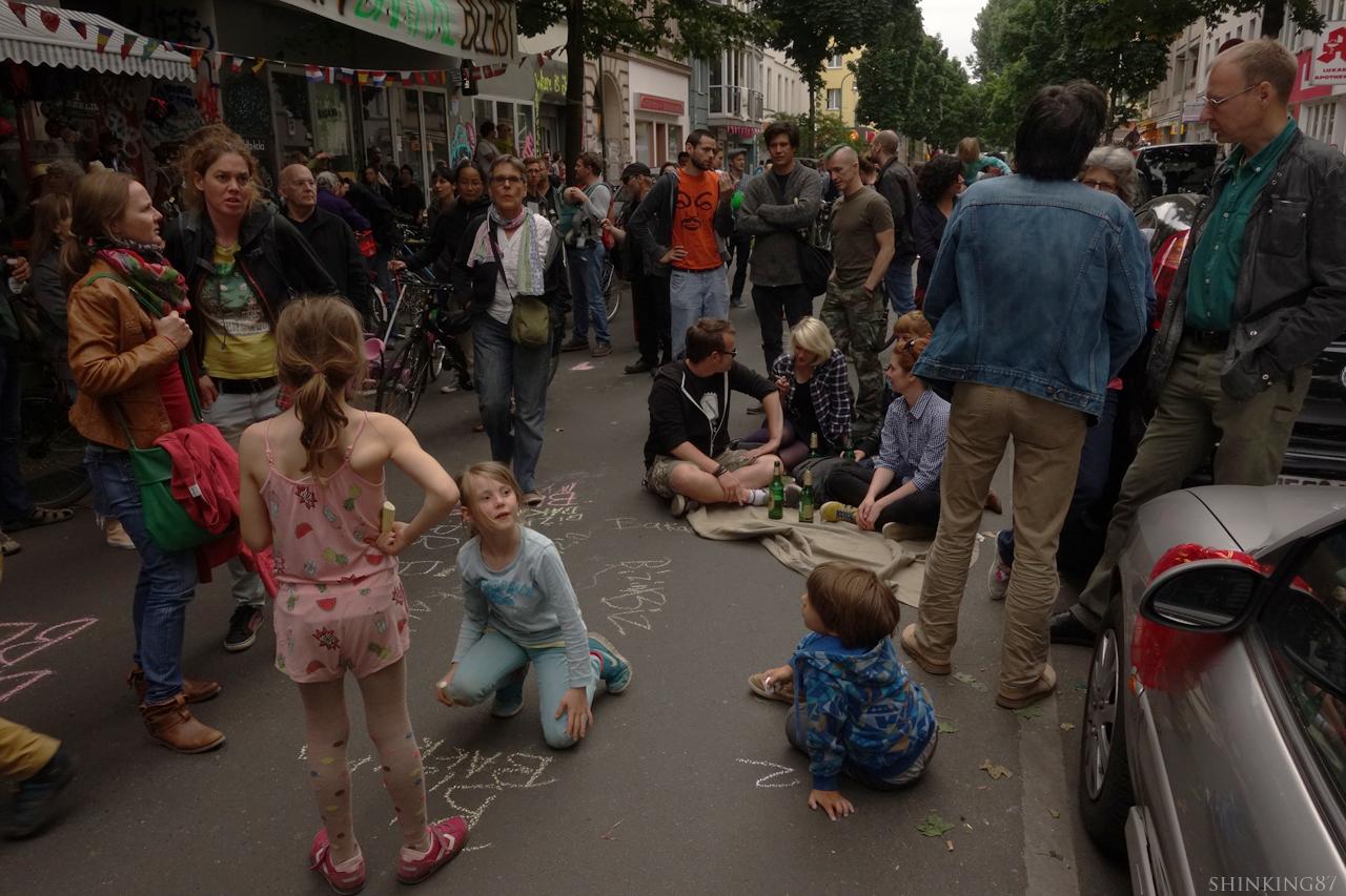 '방석, 담요를 가져와서 소풍처럼 즐겨라!' 는 요구에 아이들도 어른들도 이 동네 모임을 즐기고 있다.