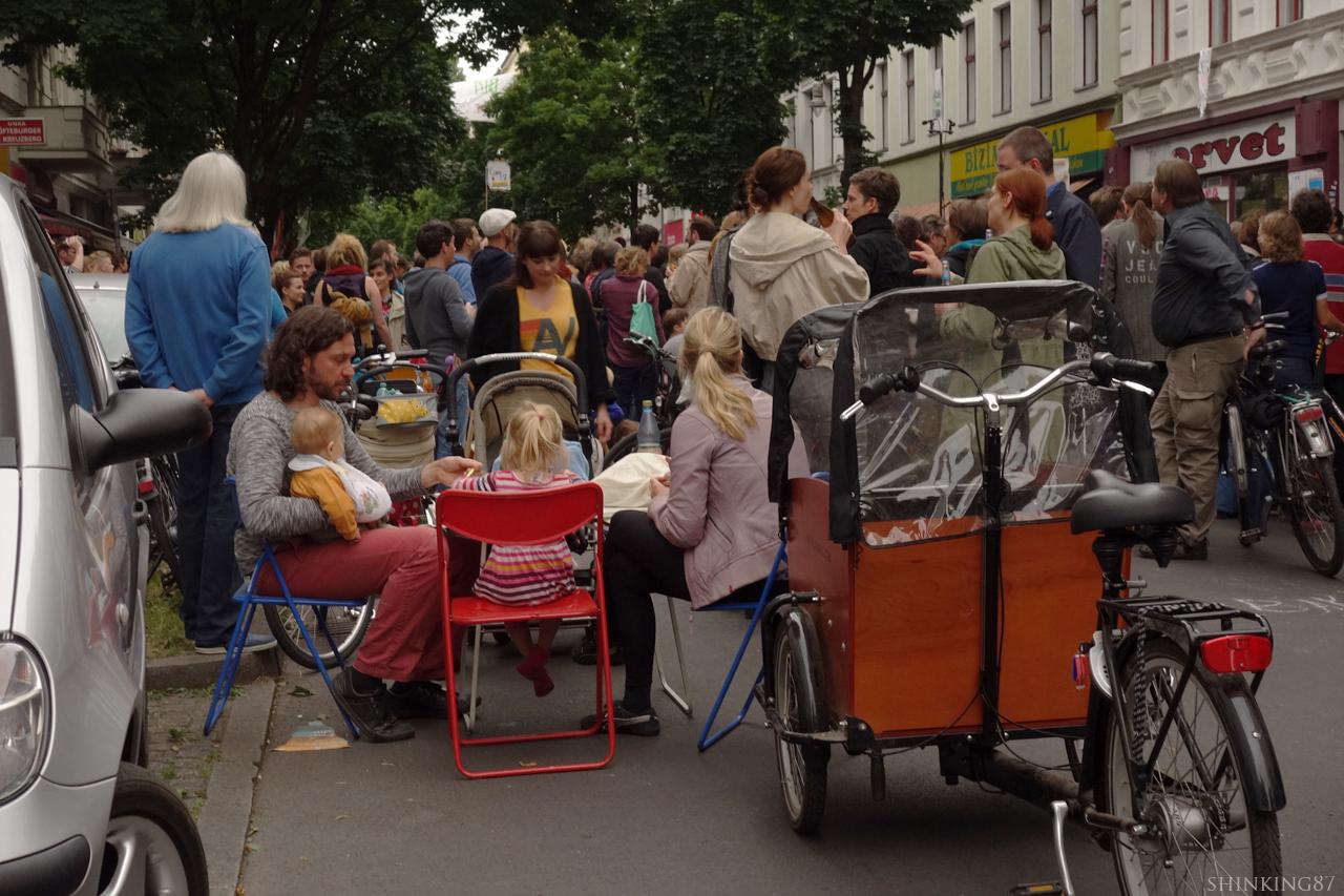 아이들과 함께 거리에서 저녁을 먹는 가족도 있다.