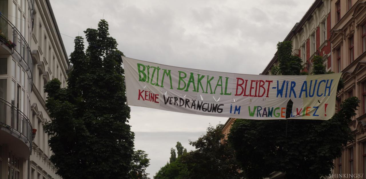 비짐 바칼은 남는다-우리도 남아있을 것이다. 브랑겔 동네에 (젠트리피케이션, 강제퇴거 등 같은) 억압은 없다!