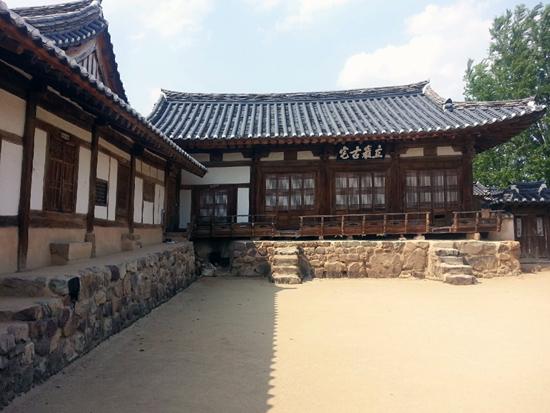 국가 지정 보물인 양진당, 하회마을에 대대로 살아온 류씨들의 대종택이다.