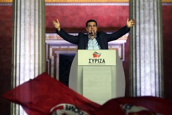 그리스 총선, 급진좌파연합 시리자 압승 급진좌파연합(시리자)의 당수이자 야당 지도자인 알렉시스 치프라스가, 지난 1월 25일 그리스 총선 승리 후 지지자들 앞에서 환영을 받고 있다.