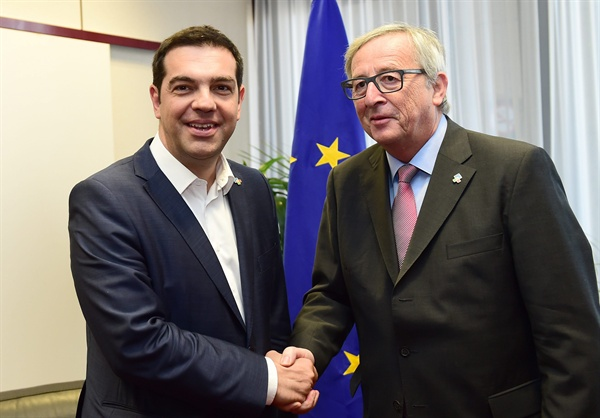 알렉시스 치프라스 그리스 총리(왼쪽)과 진 클라우드 정커 유럽연합 집행위원장(오른쪽)이 지난 2015년 6월 1일 벨기에 브뤼셀에서 만나 악수를 나누고 있다.