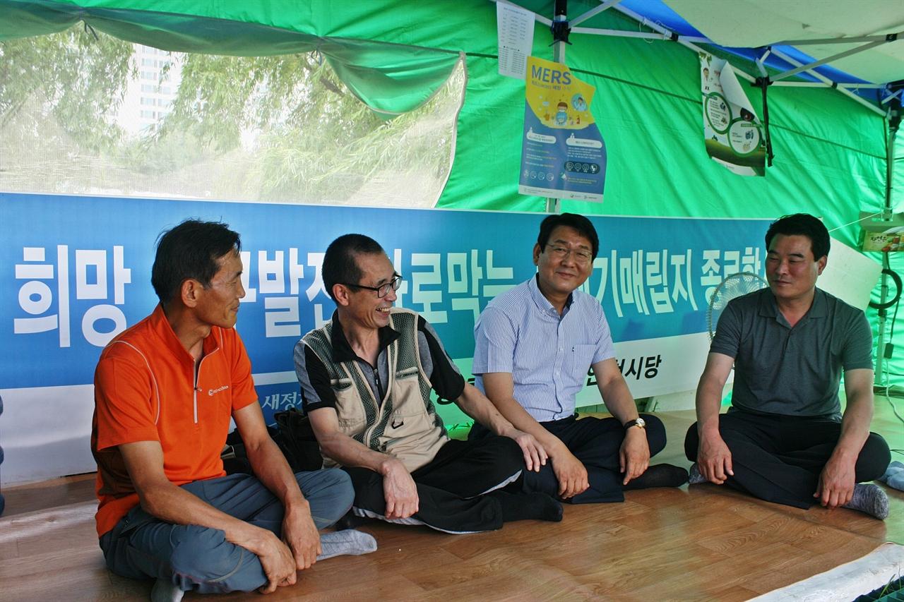 6월 24일 오후2시, 기자가 찾아간 검암역 천막농성장 모습(왼쪽에서 세번쨰가 김교흥 위원장)