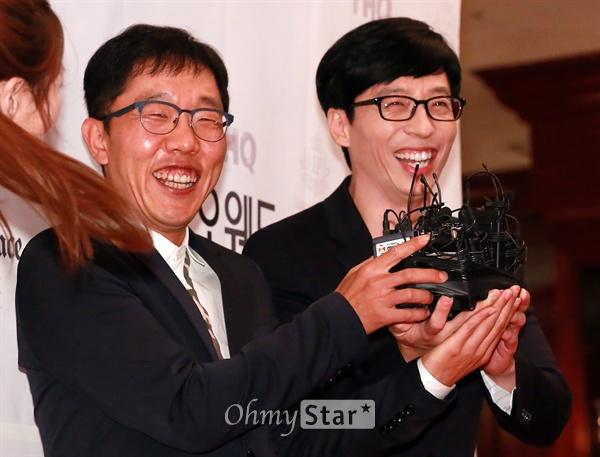 김제동-유재석, 축하도 개그처럼  방송인 김제동과 개그맨 유재석이 26일 오후 서울 강남구 논현동의 한 호텔에서 열린 그룹 지오디(god) 박준형의 결혼식에 참석, 축하인사를 하며 웃고 있다.