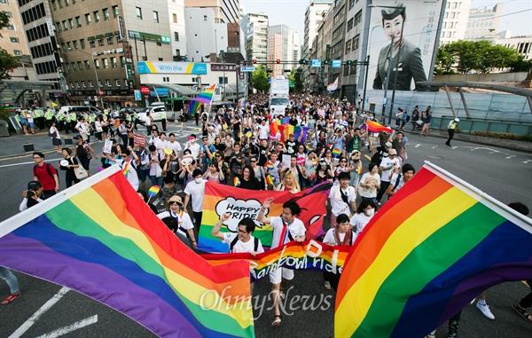 무지개 깃발 앞세운 퍼래이드 행렬 퀴어문화축제가 열린 28일 서울광장을 출발해 을지로 일대에서 축제 참가자들이 퍼레이드를 하고 있다.