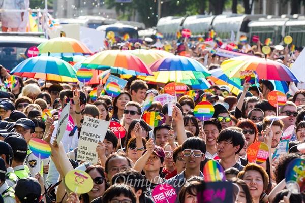 퀴어문화축제가 열린 28일 서울광장을 출발해 을지로 일대에서 축제 참가자들이 퍼레이드를 하고 있다.