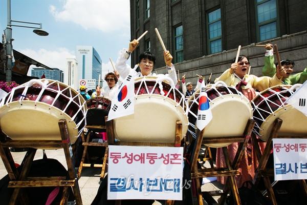 28일 오후 서울광장에서 퀴어문화축제 열리자 이를 반대하는 집회참가자들이 북을 치며 공연을 하고 있다.
