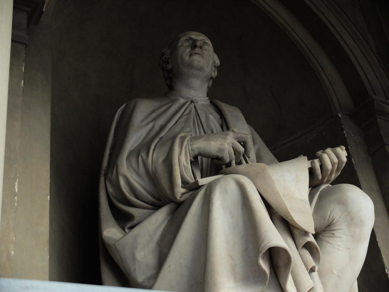 브루넬레스키 상 자신이 올린 쿠폴라를 바라보고 있는 브루넬레스키의 모습입니다.