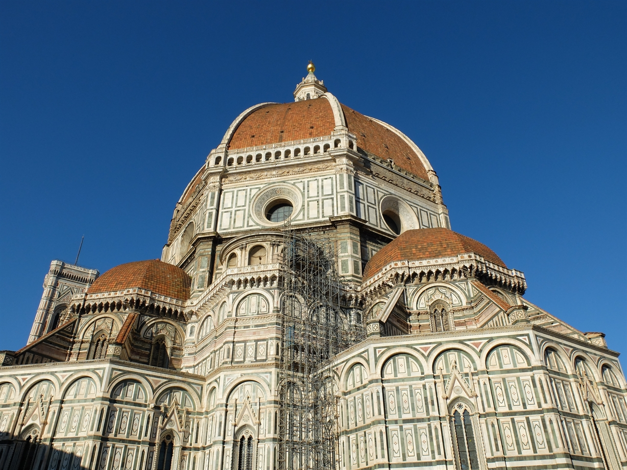 쿠폴라 피렌체의 두오모(대성당), '산타 마리아 델 피오레 성당'의 쿠폴라. 브루넬레스키가 건축한 르네상스의 위대한 상징물입니다.