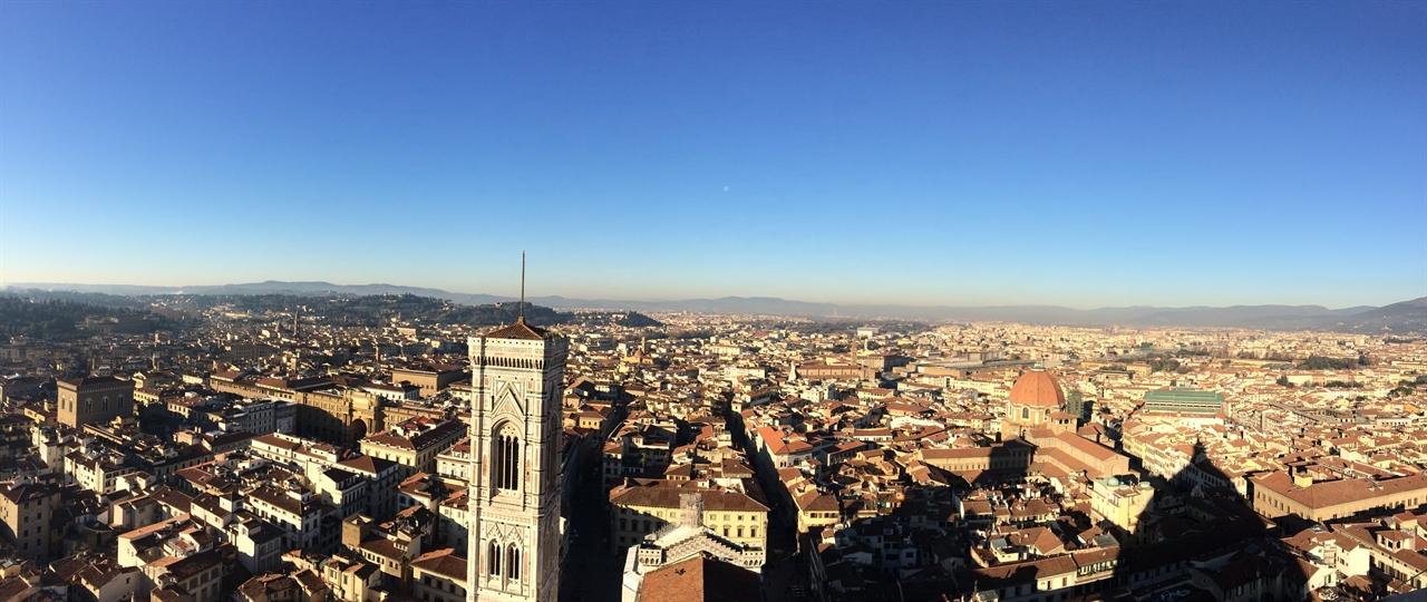피렌체 전경 두오모의 쿠폴라에서 바라보는 피렌체의 전경입니다. 왼쪽의 탑이 어제 올랐던 '지오토의 종탑'입니다.