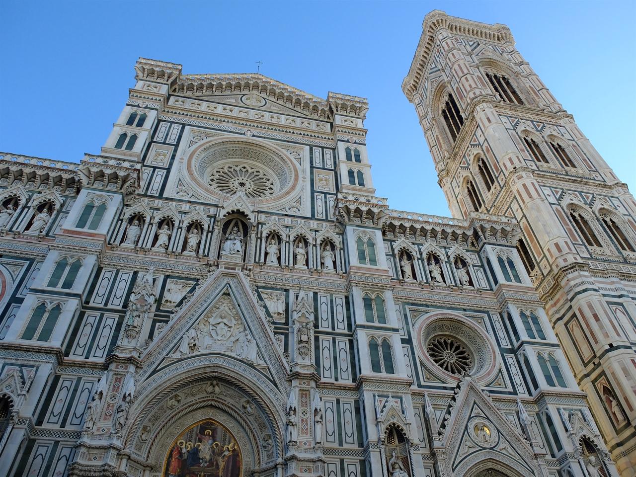 두오모의 파사드와 종탑 산타 마리아 델 피오레 성당의 파사드(정면). 오른쪽은 어제 만난 '지오토의 종탑'입니다. 19세기 말에 겨우 완성된 파사드와 500년 가까이 차이가 나는 종탑이 잘 어울리지만, 간혹 지나치게 화려한 파사드라고 비판받기도 합니다.