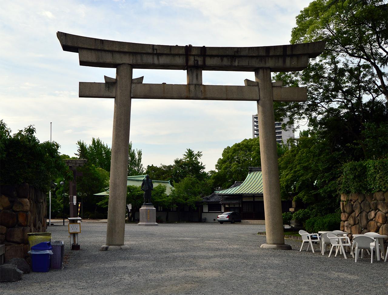 호코쿠 신사 도리이 신의 세상과 인간 세상의 경계를 나타낸다.