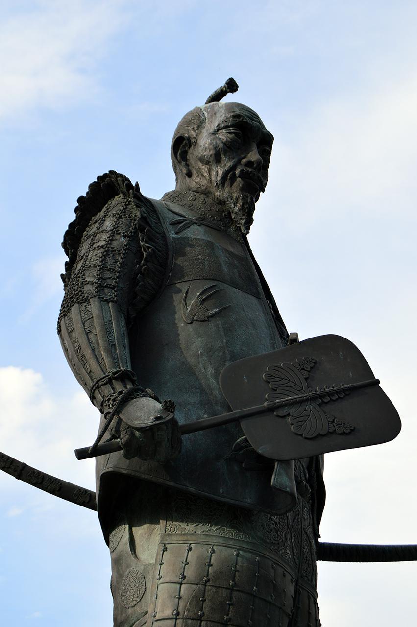 도요토미 히데요시 동상 왜소했던 도요토미 히데요시의 몸을 더 커 보이게 만들었다.