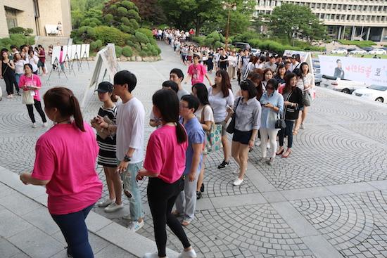 2015 청춘콘서트 청춘콘서트에 참여하기 위해 줄을 서서 기다리고 있는 청년들
