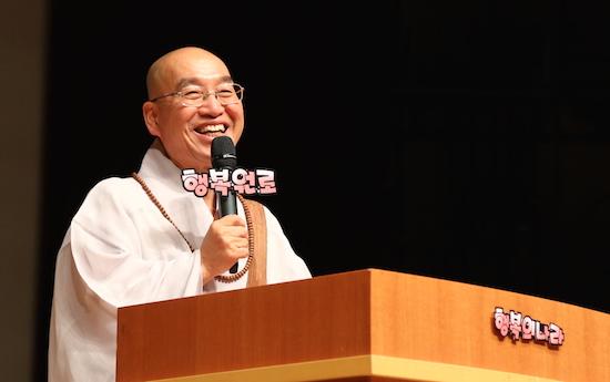2015 청춘콘서트 청년들에게 행복해지는 방법에 대해 말하고 있는 법륜 스님.