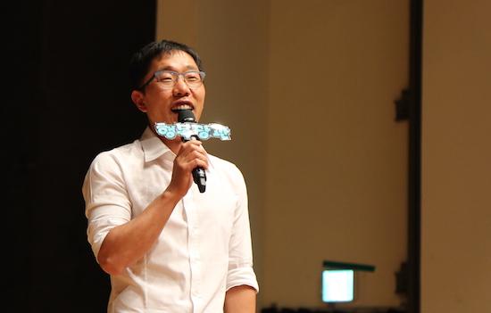 """2015 청춘콘서트 청년들에게 """"통일을 이뤄냈다는 세대적 자부심을 가질 수 있지 않느냐""""며 말하고 있는 김제동"""