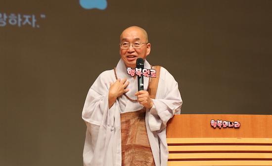 """2015 청춘콘서트 """"통일 한국을 만드는 과정이 곧 이미 통일""""이라고 말하고 있는 법륜 스님."""