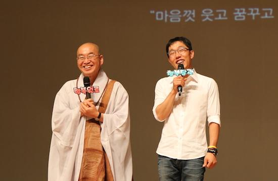 2015 청춘콘서트 법륜 스님과 김제동이 함께 무대에 올라 청년들의 질문에 대답하고 있다.
