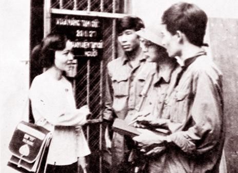 1975년 5월, 자신이 투옥되었던 감옥 앞에서 인터뷰를 하고 있는 응우옌티쩌우.