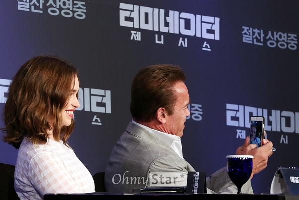 '터미네이터 제니시스' 셀카는 남겨야지! 배우 아놀드 슈왈제네거와 에밀리아 클라크가 2일 오전 서울 논현동의 한 호텔에서 열린 영화<터미네이터 제니시스> 내한 기자회견에서 셀카를 찍고 있다.
