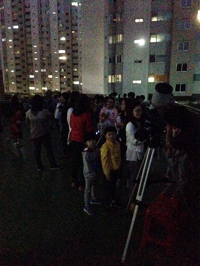 심재철씨가 서울 성북구 한 아파트 단지 주변에서 천체 관측 행사를 진행하고 있다.