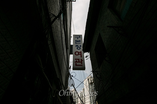 좁은 골목 안 자리잡은 여관 서울 종로구 끝자락 옛 서대문형무소 자리 건너편에 자리잡은 '옥바라지 여관 골목'은 2011년 골목길 해설사의 해설코스로 지정 되어 있으며 일제 강점기 독립투사, 민주화 운동으로 투옥 되었던 사람을 가족들이 옥바라지 하던 곳이다.