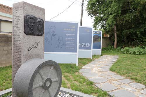 윤상원과 박기순의 얼굴이 새겨진 기념비. 윤상원 열사의 생가에 설치돼 있다.