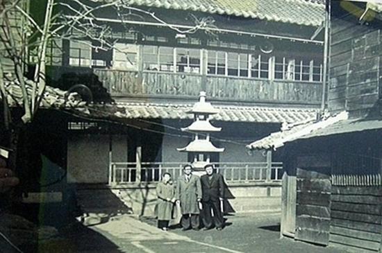 칠복루 건물이었던 화교소학교와 석탑